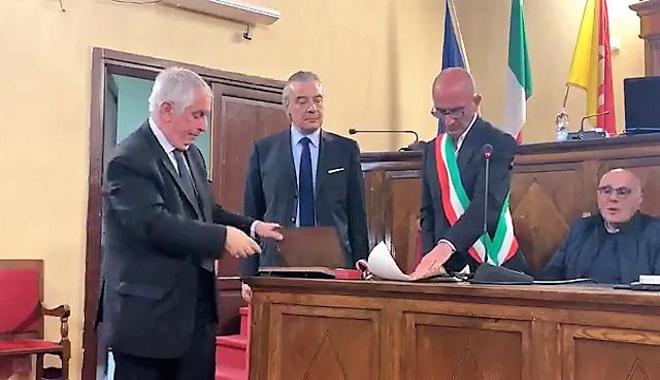 Cerimonia solenne e atmosfera di festa nella Sala consiliare del Palazzo dell'Aquila di Milazzo per il conferimento della cittadinanza onoraria al nostro Dirigente Scolastico, professor Stello Vadalà.