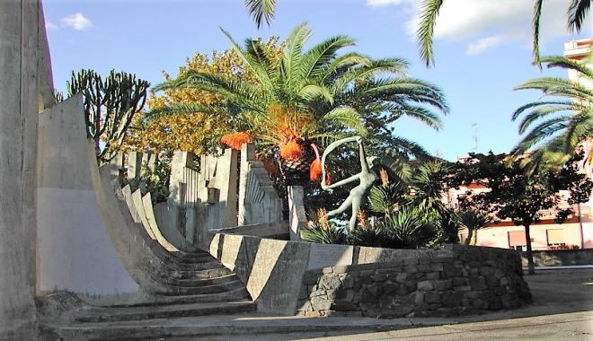 Il monumento ai caduti, eretto nella villa comunale. La statua è opera dello scultore Peppino Mazzullo