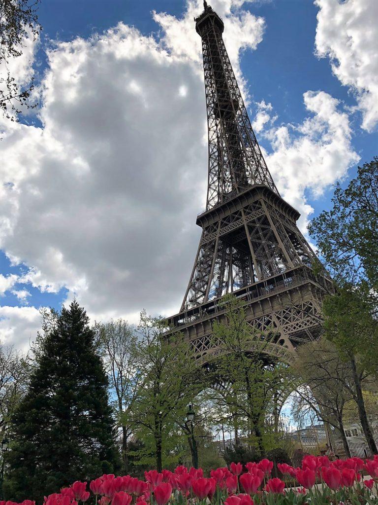 Torre Eiffel l'emblema di Francia, cento anni ma non li dimostra