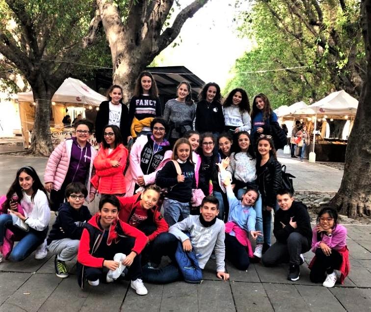 Un dolce momento…tutti insieme fuori scuola, in una piazza colorata