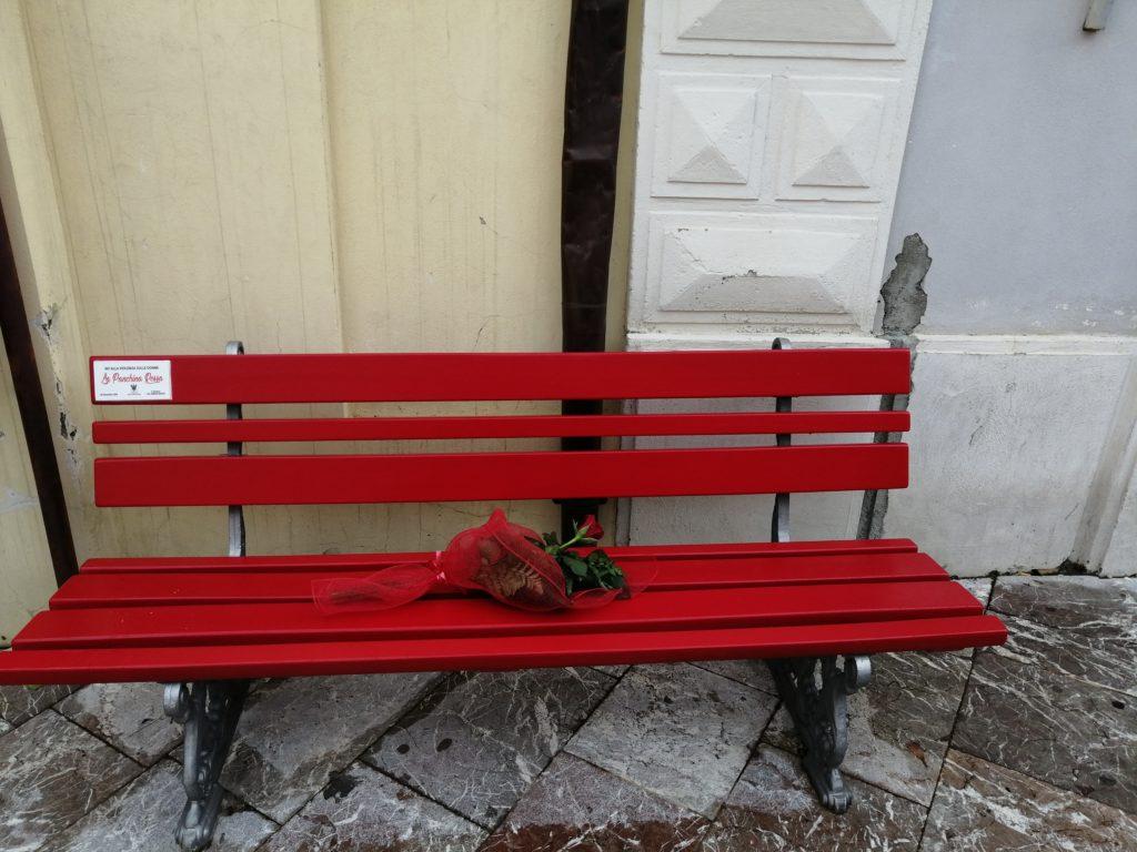 Una panchina rossa anche a Piazza Milite Ignoto Santa Lucia del Mela