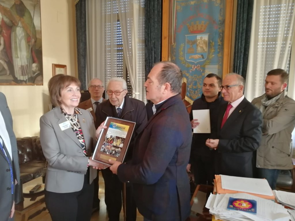 Prima donna presidente Lions Club International visita Barcellona P.G.