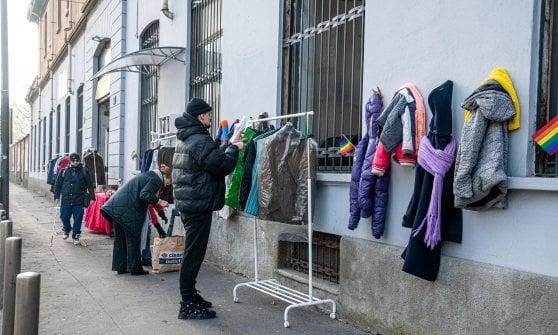 """Il """"muro della gentilezza"""" che abbraccia i senzatetto ma non solo."""