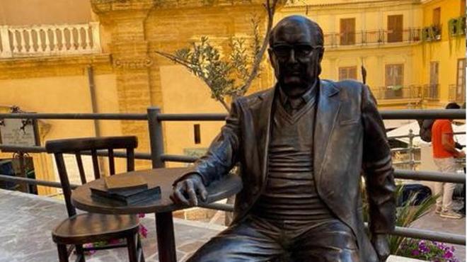 Statua Camilleri nel 'salotto buono' di Agrigento (ansa)